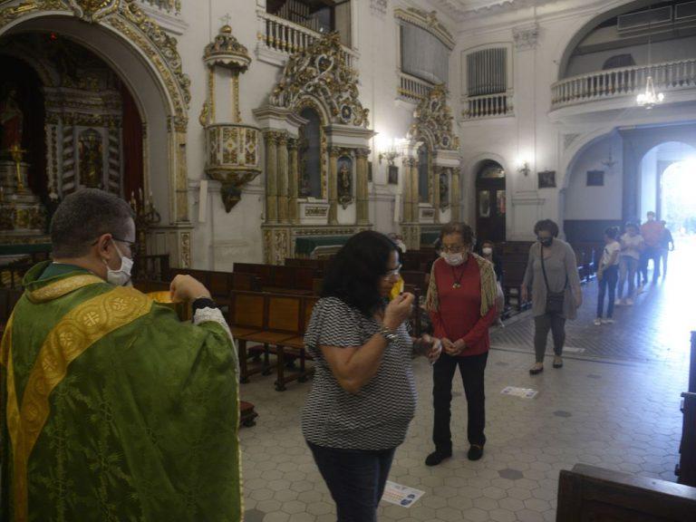 Saúde - coronavírus - religião igrejas católica missas padres fiéis fé cuidados máscaras distanciamento social (Igreja Matriz de Nossa Senhora da Glória, Rio de Janeiro-RJ)