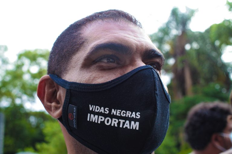 Homem usa máscara com a frase