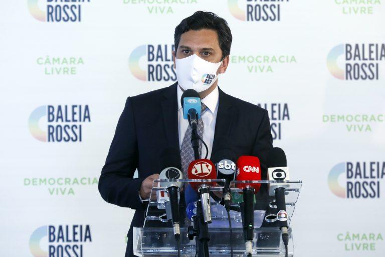 Deputado Baleia Rossi concede entrevista coletiva. Ele está em pé e à sua frente há uma mesa com vários microfones