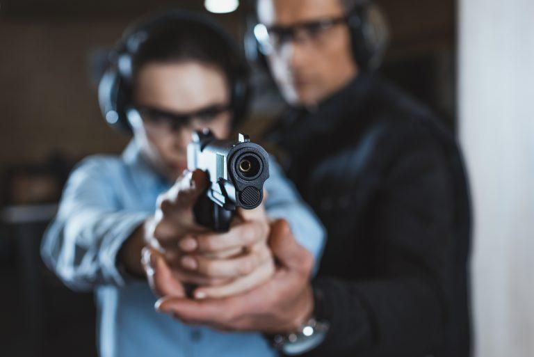 Um homem faz aula de tiro