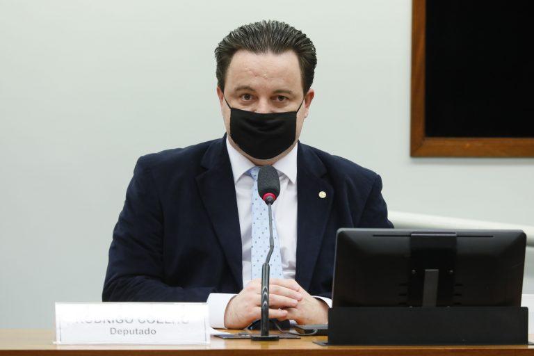 O deputado Rodrigo Coelho em mesa de reunião