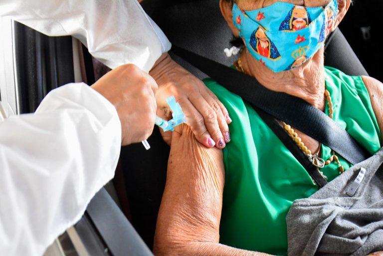 Idosa recebe a vacina contra a Covid-19