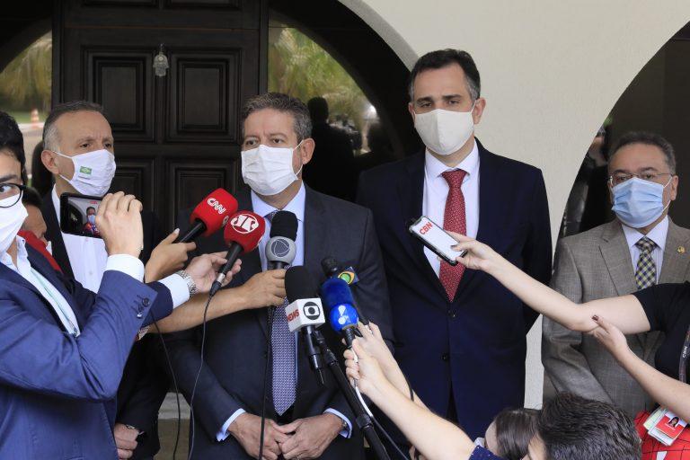 Presidente da Câmara fala a jornalistas. Ao lado dele está o presidente do Senado