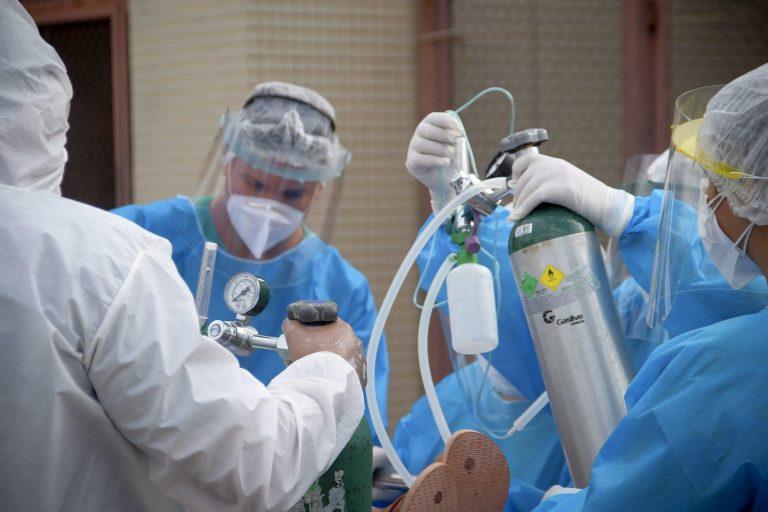 Médicos tratam paciente com Covid-19 com oxigênio