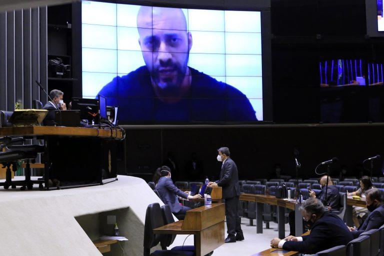 Telão no Plenário mostra o deputado Daniel Silveira durante sessão da Câmara