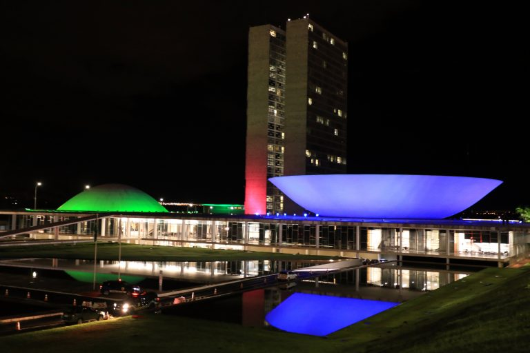 Congresso Nacional iluminado de verde, azul e rosa em apoio à campanha de conscientização sobre doenças raras