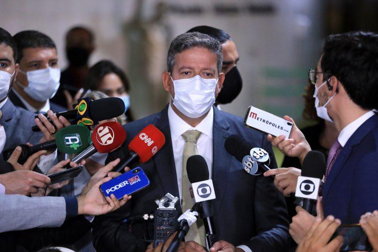 Deputado Arthur Lira concede entrevista e emissoras de TV