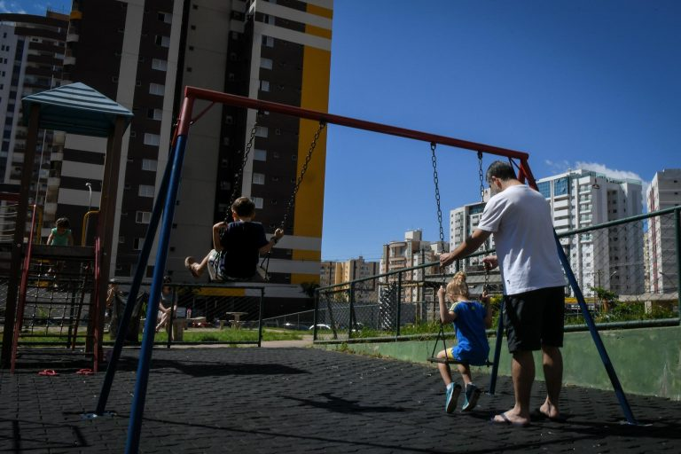 Família - pais filhos paternidade brincadeira diversão parquinho