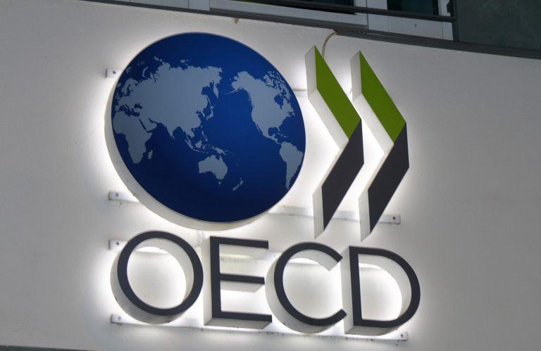Placa com marca da OCDE