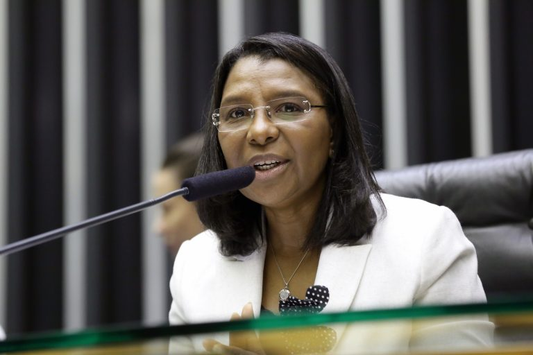 Deputada Rosangela Gomes (REPUBLICANOS - RJ) participa de sessão na Câmara dos Deputados