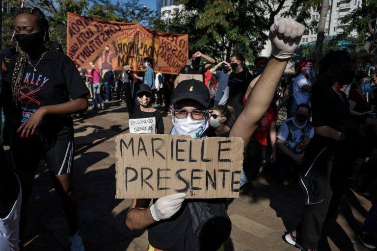 Manifestações - geral - protestos manifestantes em ato a favor da democracia e contra o racismo Marielle (Largo do Batata, São Paulo-SP, 7/6/20)