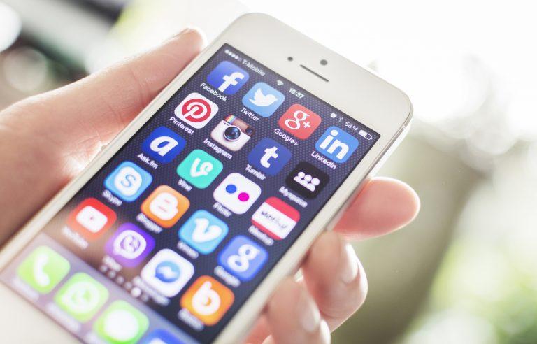 Comunicação - internet - redes sociais interatividade fake news notícias falsas conectividade usuários telefones celulares wi-fi smartphones