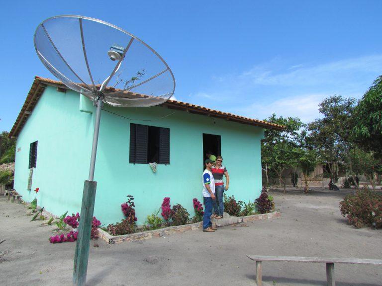 Comunicação - rádio e TV - antenas parabólicas assentamentos Incra propriedades rurais zona rural televisão (Projeto de Assentamento Baixão, Monte Alegre-PA, 2011).