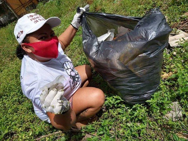 Mulher recolhe resíduos na Campanha Mãos Solidárias, Pernambuco