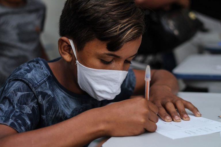 Educação - sala de aula - alunos estudantes crianças máscaras coronavírus prevenção contágio contaminação Covid-19 pandemia (ação de cidadania em Aurora do Pará-PA)