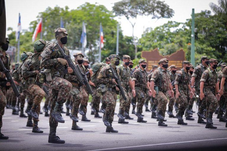 Soldados do Exército marcham com armas nas mãos