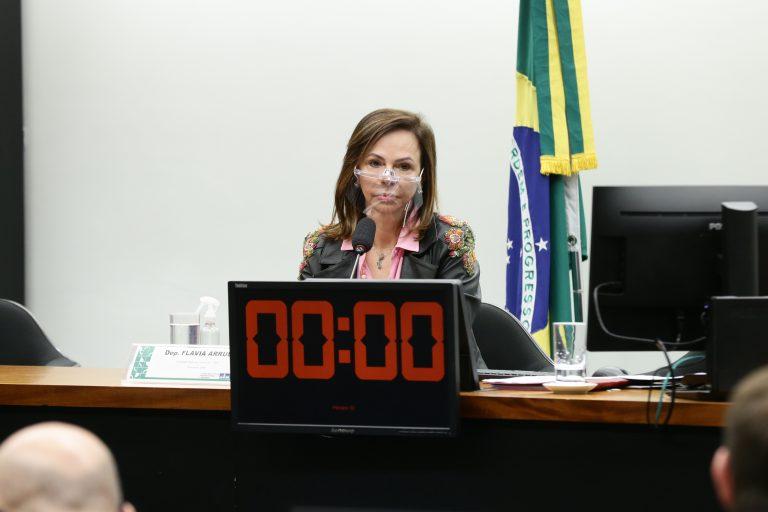 Deputada Professora Dorinha participa de reunião de comissão