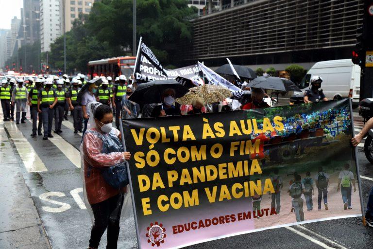 Educação - geral - pandemia - Coronavírus - Covid-19 - volta às aulas - protesto - 02 2021 Professores da rede estadual em greve fazem caminhada a favor da vida