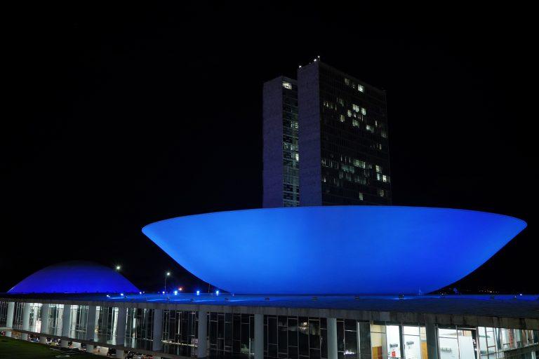 Iluminação especial do Congresso na cor azul marca Dia Mundial da Audição
