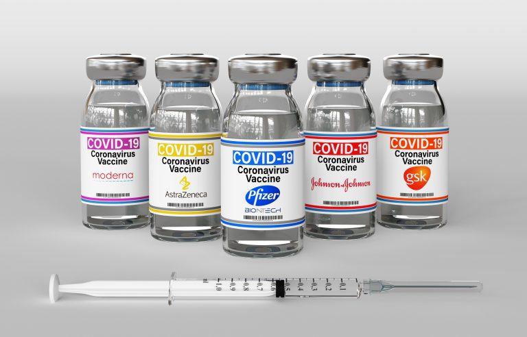 Frascos de vacinas de diversos produtores