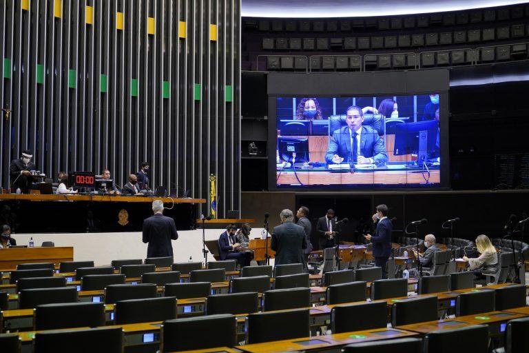 Deputados acompanham votação no Plenário da Câmara. Ao fundo um telão transmite a sessão para os deputados acompanharem a distância