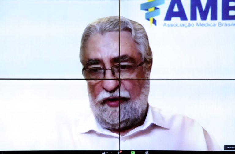 Homem participa de videoconferência. Ele fala olhando para a tela do computador