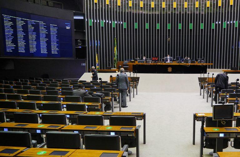 Alguns deputados acompanham a votação no Plenário da Câmara