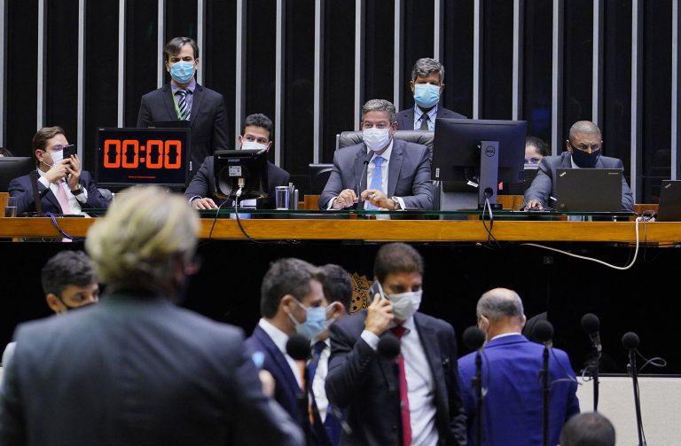 Deputados usam máscaras faciais durante votação no Plenário da Câmara