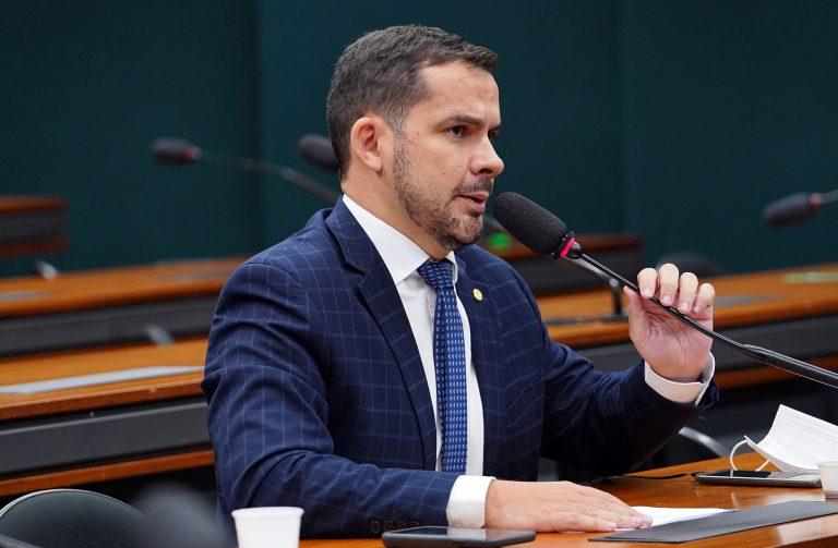 Capitão Alberto Neto participa de reunião de comissão