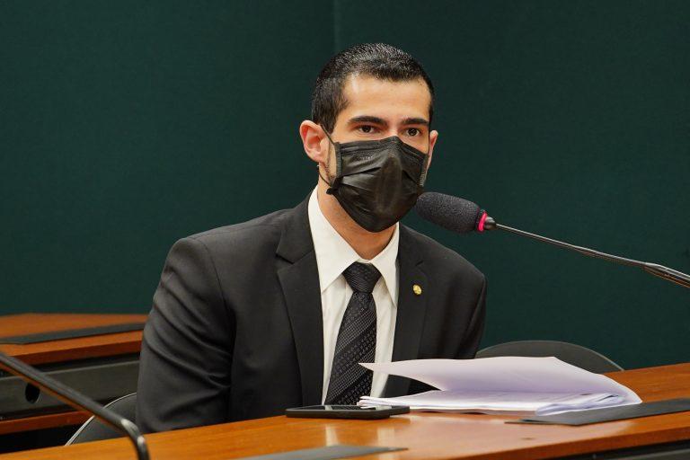 Deputado Alexandre Leite em reunião de comissão