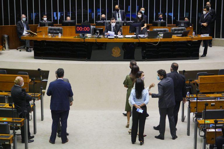 Deputados e senadores acompanham sessão no Plenário da Câmara