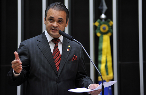 Deputado Roberto de Lucena discursa no plénario