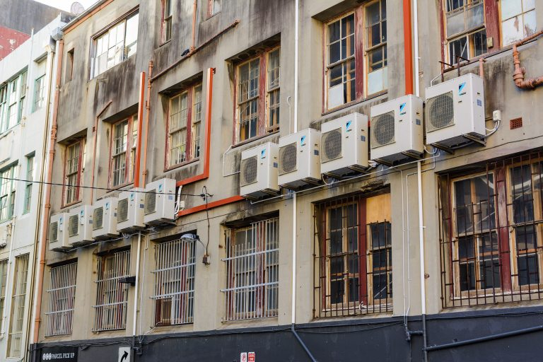 Fachada de prédio com vários aparelhos de ar condicionado