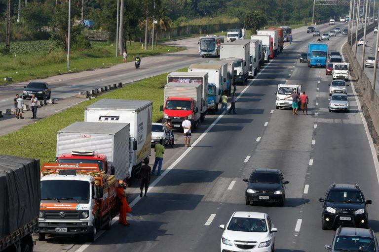 Transportes - caminhões - Paralisação dos caminhoneiros na Rodovia Presidente Dutra, no Rio de Janeiro.