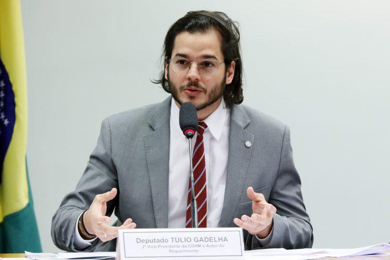 Deputado Túlio Gadêlha está sentando falando ao microfone