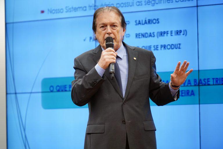 Deputado Luciano Bivar discursa ao microfone