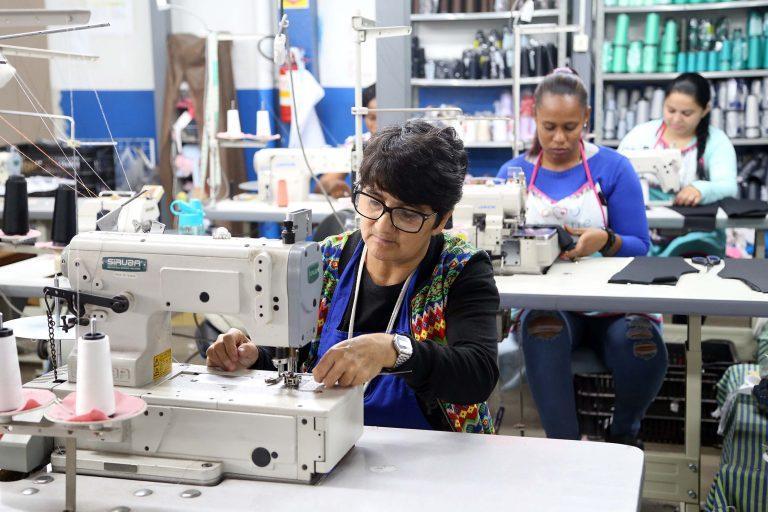 Economia - indústria e comércio - indústria têxtil fábricas roupas vestuário empregos mulheres trabalhadoras funcionárias microempresas