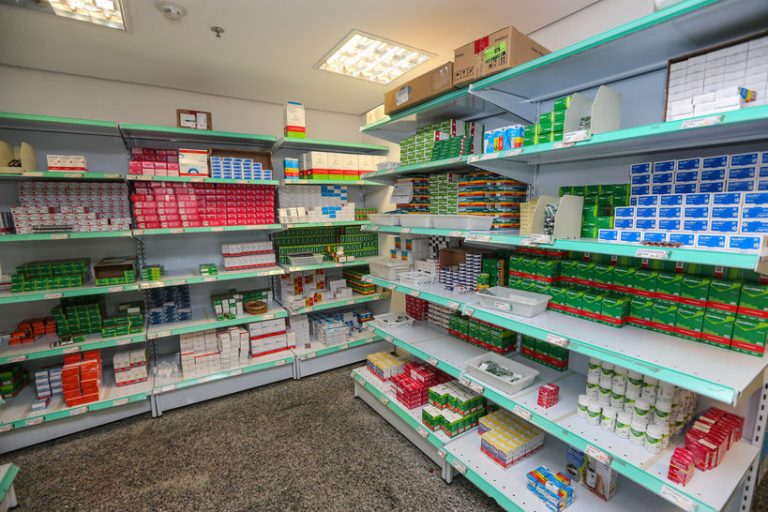 Saúde - remédios - indústria - linha de produção de medicamentos - produção de vacinas