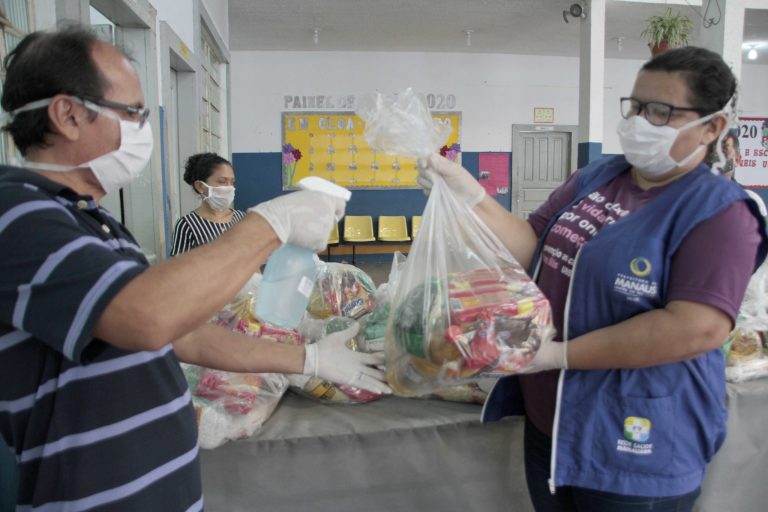 Saúde - doenças - coronavírus Covid-19 pandemia assistência social cestas básicas alimentação desinfecção cestas (programa Hora da Merenda, em Manaus-AM)