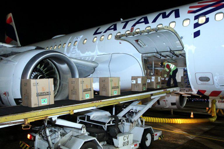 Saúde - coronavírus - compras licitações insumos cargas Covid-19 pandemia transporte aéreo aviação (chegada de respiradores ao aeroporto de Salvador-BA)