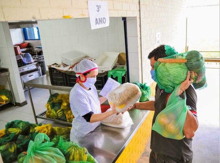 Assistência Social - geral - auxílio benefícios segurança alimentar merenda escolar (distribuição de cestas básicas a pais de alunos da rede pública do DF; Escola Classe 15 da Ceilândia-DF)