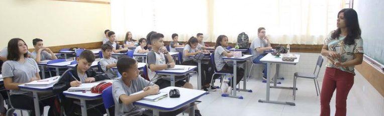 professor e alunos na sala de aula