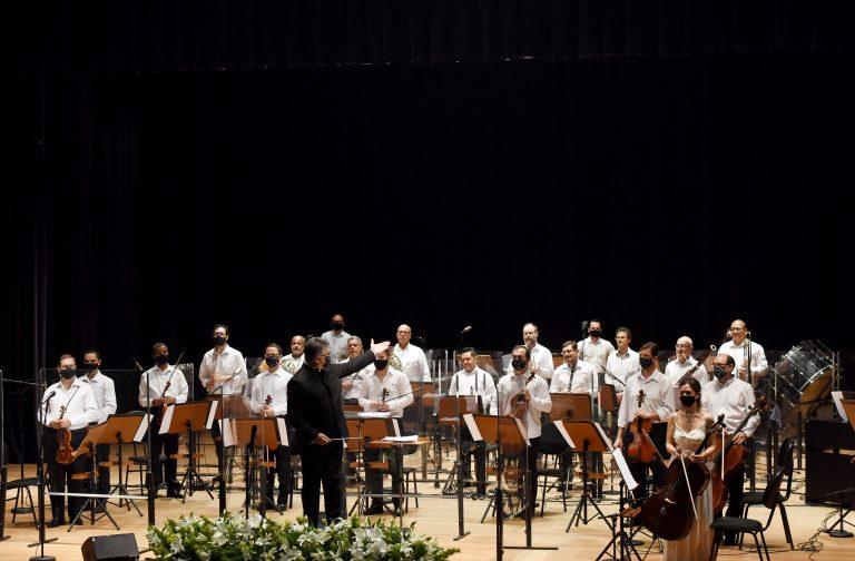 Orquestra sinfônica está em cima do palco
