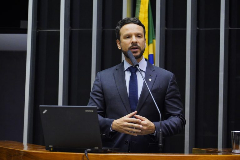 Deputado Professor Israel Batista dsicursa no Plenário da Câmara