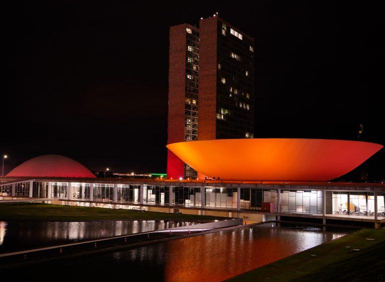 Congresso iluminado recebe iluminação especial na cor vermelho