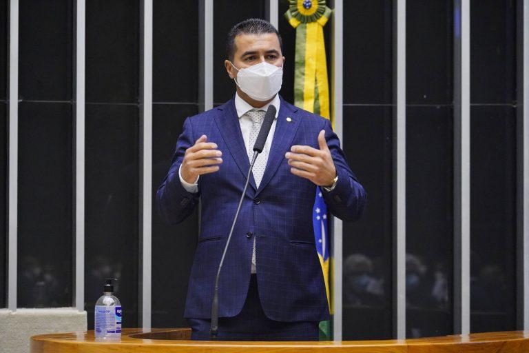 Deputado Luis Miranda usa máscara facial e discursa no Plenário da Câmara