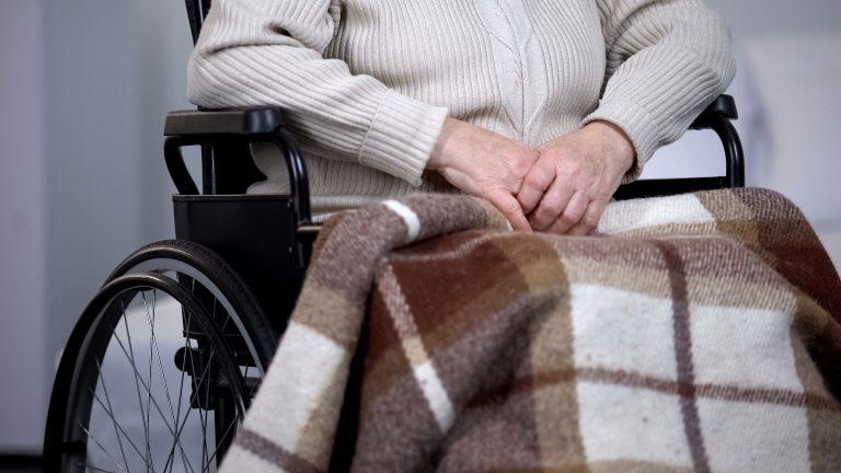Direitos Humanos - idoso - cadeira de rodas - doente