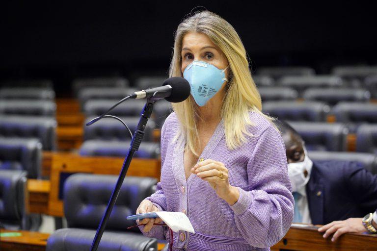 Deputada Dra. Soraya Manato usa máscara facial e discursa no Plenário da Câmara