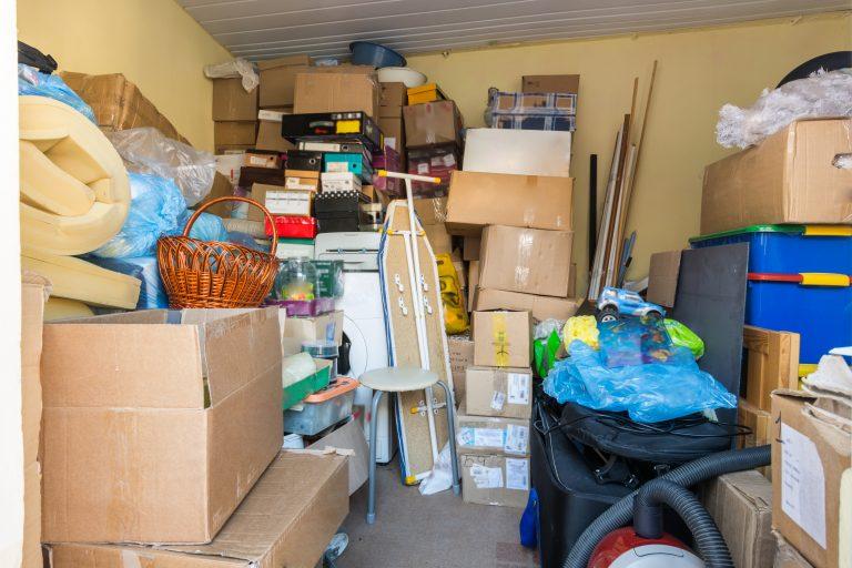 Caixas de mudança e móveis estão amontoados num canto