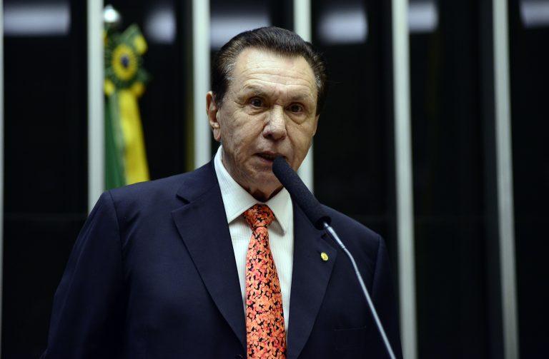 Deputado Carlos Bezerra discursa no Plenário da Câmara
